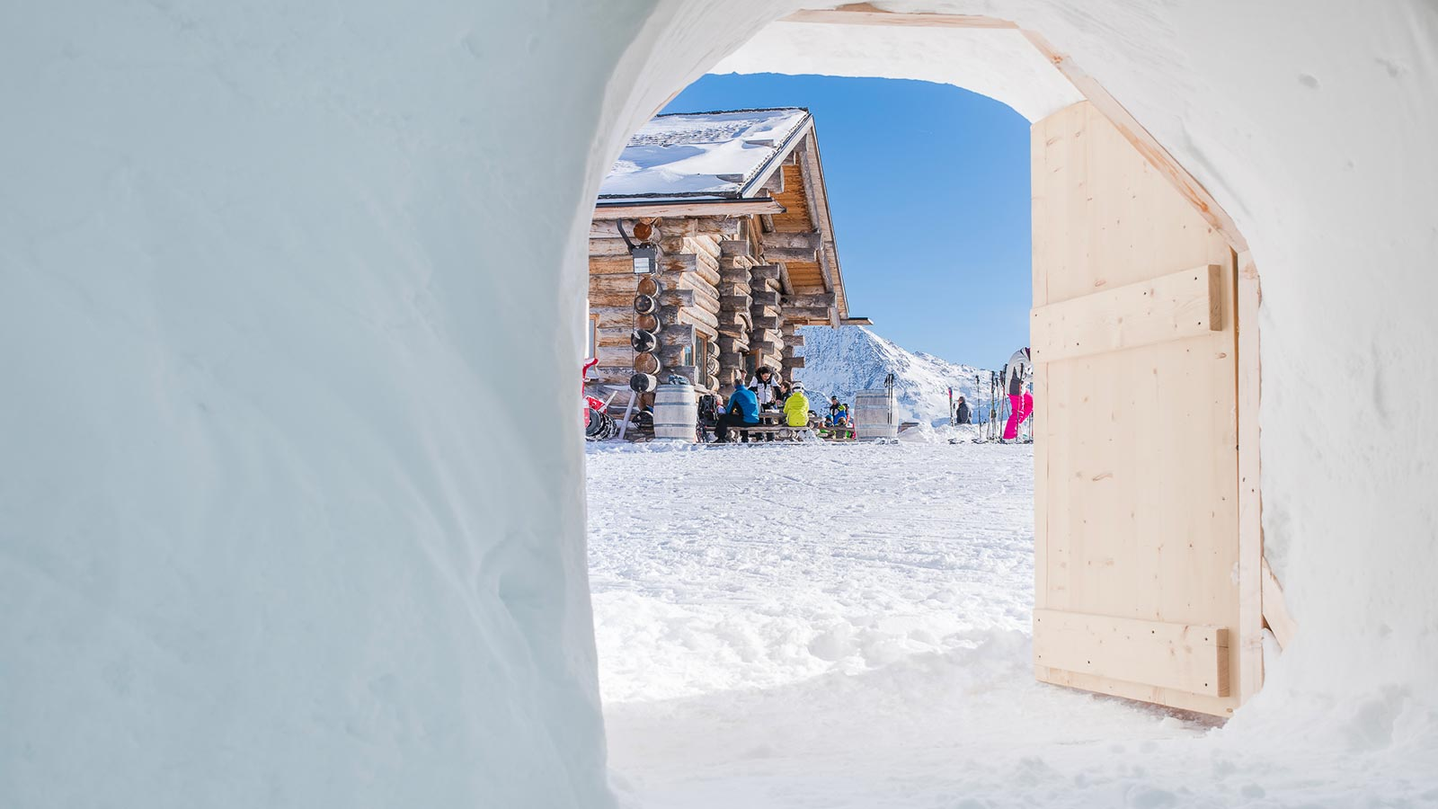 Scorcio da un turista che ha scelto di godersi l'after ski in un igloo