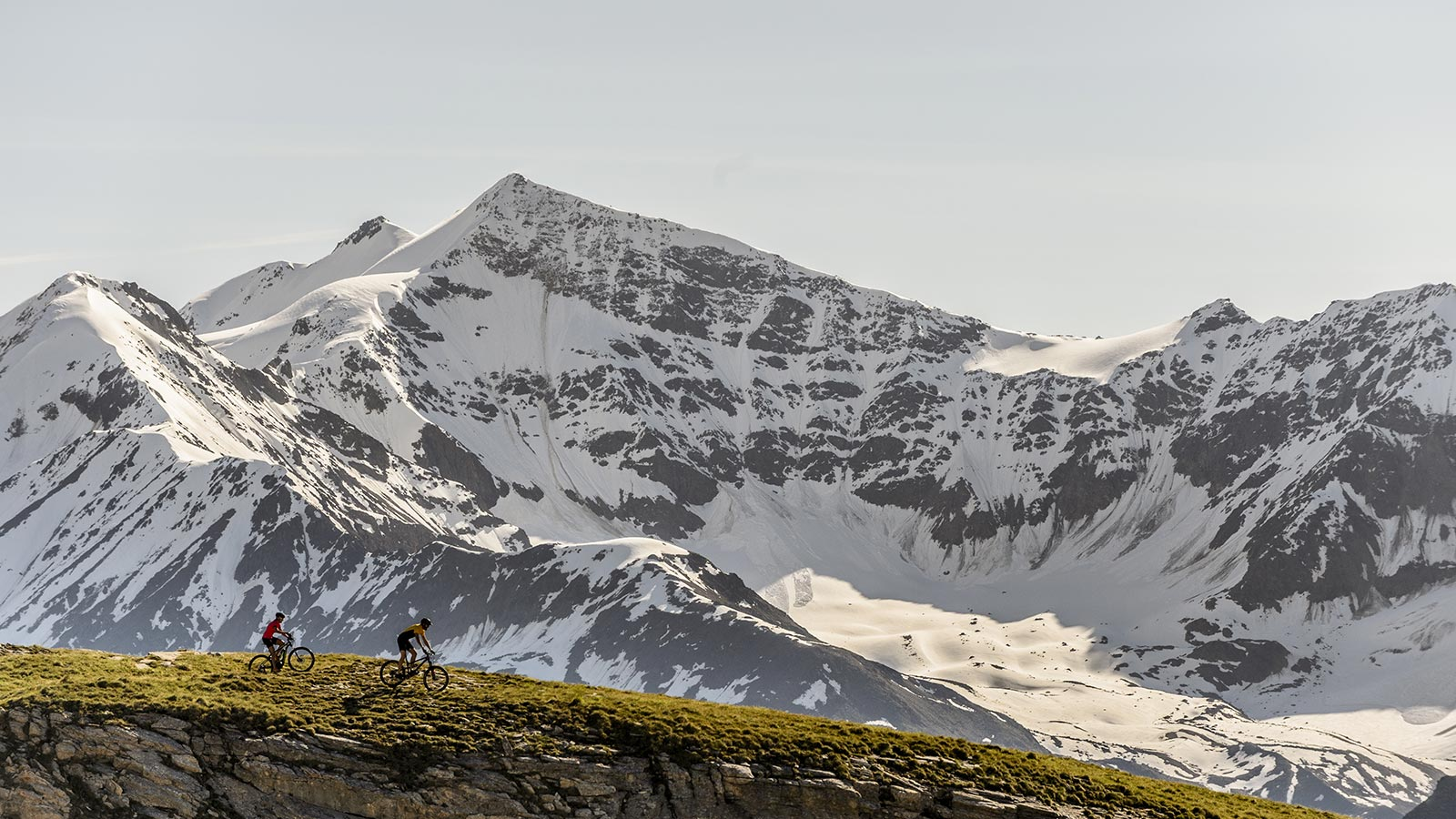 Couple riding mtb in the beauty of the Stelvio Park